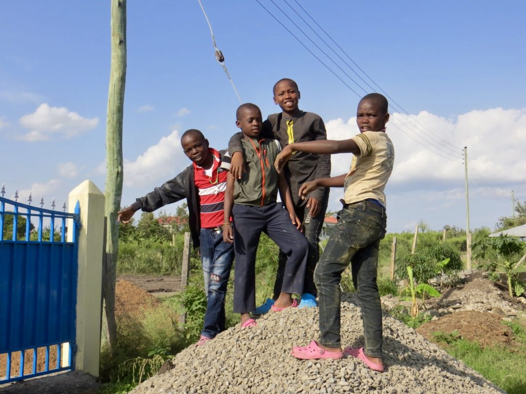 Jugando en la granja de Kwetu