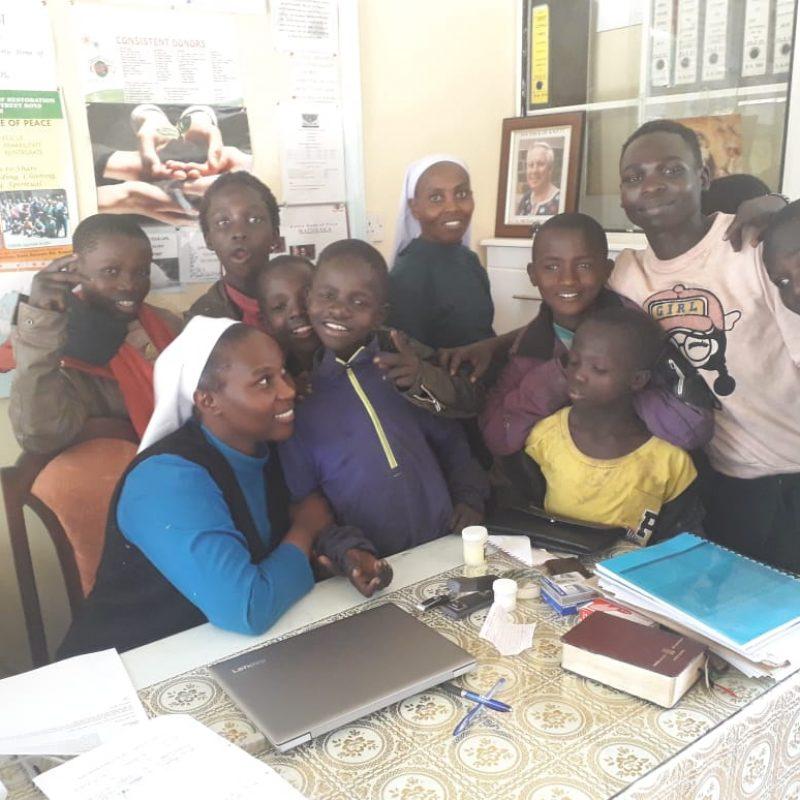 Sister Carol rodeada de nuestros niños de Kwetu